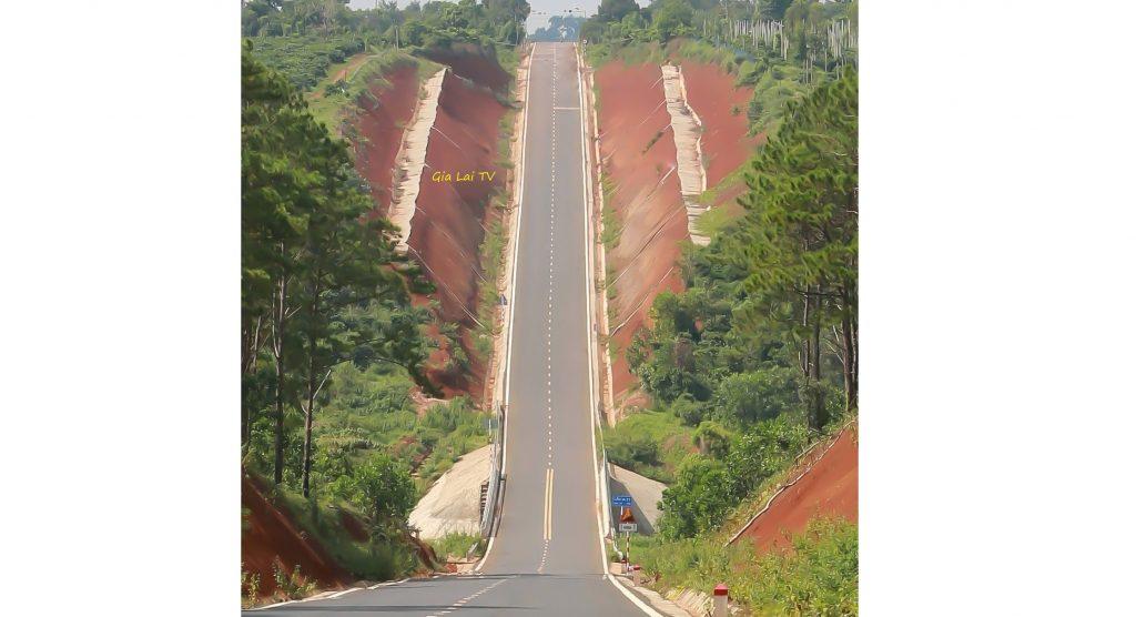 Con đường dốc đứng ở Gia Lai